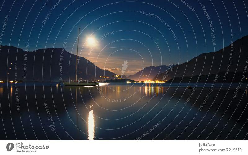 Blick auf den Comer See bei Nacht ruhig Berge u. Gebirge Wasser Mond Segelboot Wasserfahrzeug dunkel Mondschein lago di como Italien Lombardei italienisch