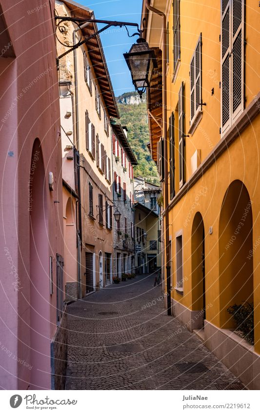 Häuser in der Altstadt Gravedona am Comer See alt Stadt Haus historisch Gasse Gravedona ed Uniti Lombardei Italien Sehenswürdigkeit Ferien & Urlaub & Reisen
