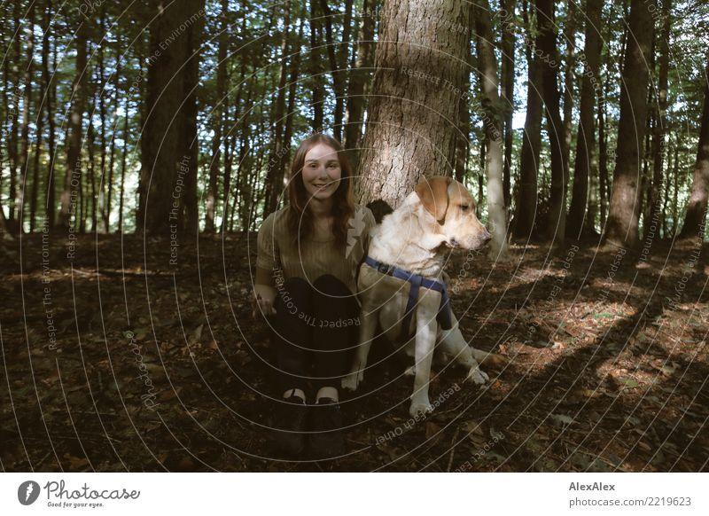 Waldspaziergang Lifestyle Freude schön Leben Ausflug Junge Frau Jugendliche 18-30 Jahre Erwachsene Natur Schönes Wetter Baum brünett langhaarig Haustier Hund
