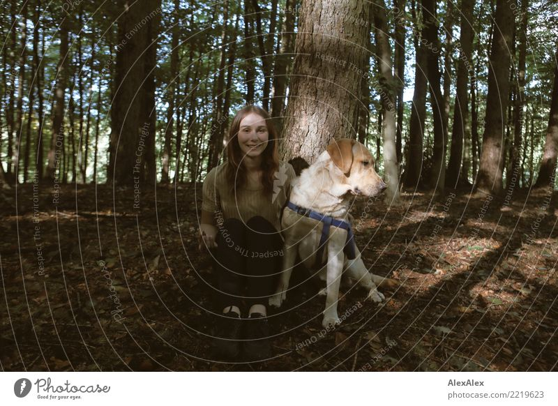 Waldspaziergang Natur Hund Jugendliche Junge Frau schön Baum Freude 18-30 Jahre Erwachsene Leben Lifestyle natürlich lachen Ausflug wandern