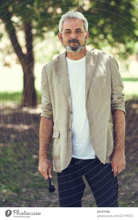 Portrait eines fälligen Mannes, Baumuster der Mode, in einem städtischen Park. Mensch alt weiß Erwachsene Straße Lifestyle maskulin 45-60 Jahre Bekleidung