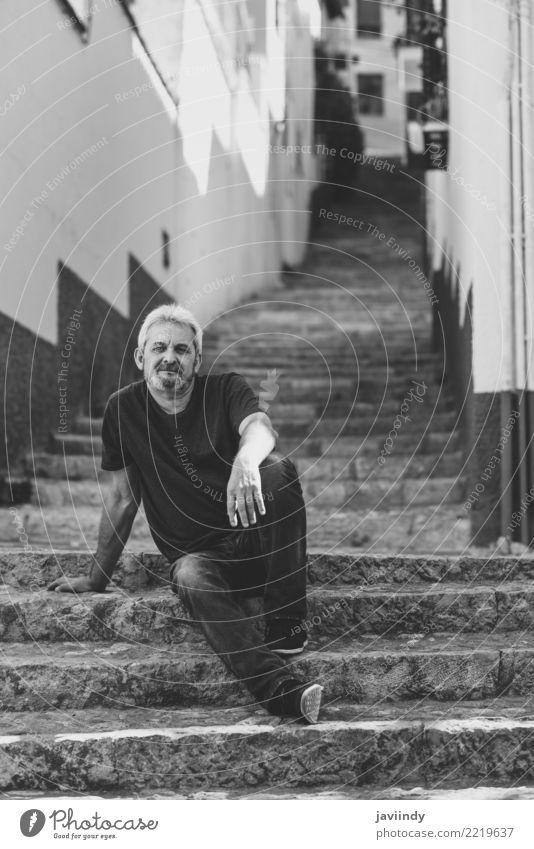 Portrait eines fälligen Mannes, der auf Jobstepps in der Straße sitzt. Mensch alt weiß Erwachsene Lifestyle Glück maskulin 45-60 Jahre Lächeln Bekleidung