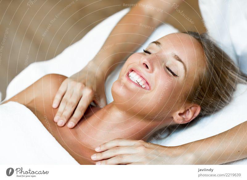 Junge blonde Frau, die eine Kopfmassage in einer Badekurortmitte empfängt Lifestyle Glück schön Haut Gesicht Gesundheitswesen Behandlung Wellness Erholung Spa