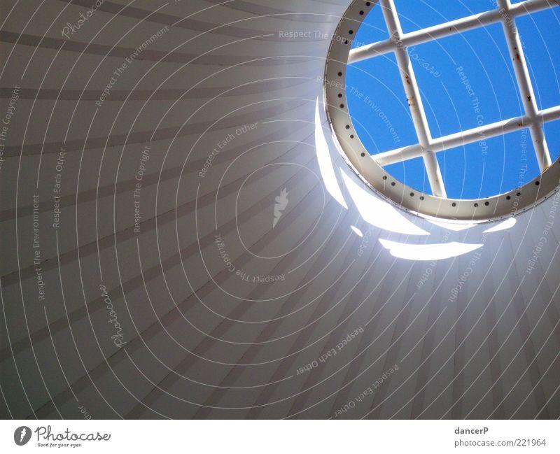 Licht in Sicht weiß blau Wand Fenster Mauer Gebäude Architektur rund Dach Bauwerk silber Blauer Himmel Dachfenster kegelförmig