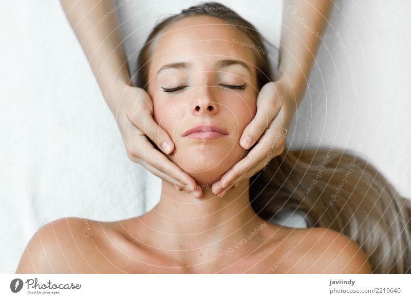 Junge blonde Frau, die eine Kopfmassage in einer Badekurortmitte empfängt Mensch Jugendliche Junge Frau schön weiß Hand Erholung 18-30 Jahre Gesicht Erwachsene