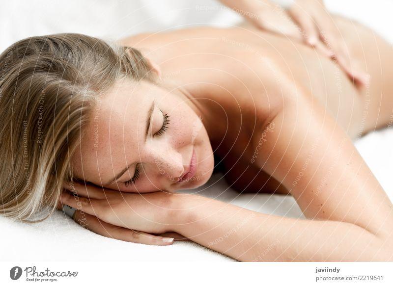 Junge blonde Frau, die Massage im Badekurortsalon hat. Mensch Jugendliche Junge Frau schön weiß Hand Erholung 18-30 Jahre Gesicht Erwachsene Lifestyle feminin