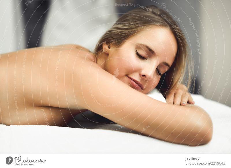 Junge blonde Frau, die Massage im Badekurortsalon hat. Mensch Jugendliche schön weiß Hand Erholung Freude 18-30 Jahre Gesicht Erwachsene Lifestyle Gefühle