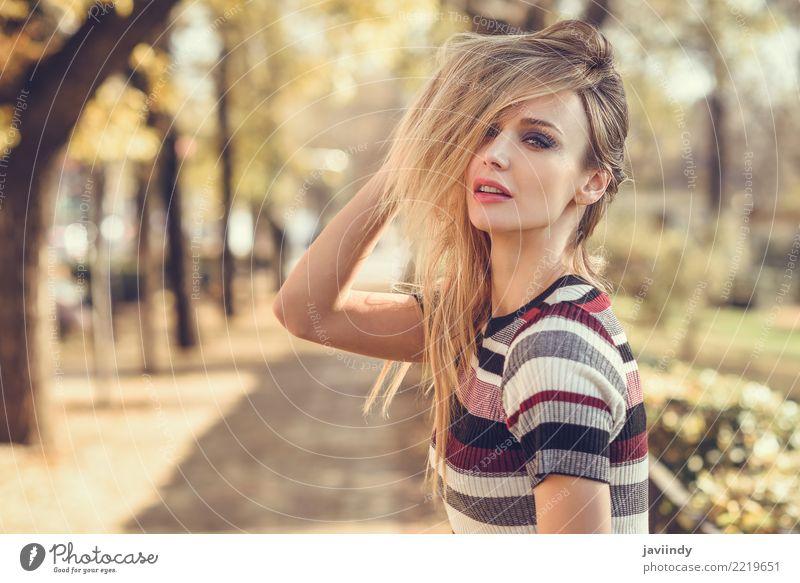Junge blonde Frau, die ihr Haar in der Straße bewegt Lifestyle elegant Stil schön Haare & Frisuren Mensch Junge Frau Jugendliche Erwachsene 1 18-30 Jahre Herbst
