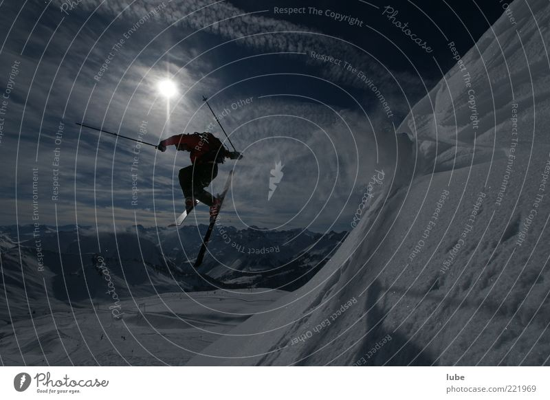 Winterfreude Sonne Ferien & Urlaub & Reisen Winter Sport Schnee Berge u. Gebirge Landschaft springen Freizeit & Hobby hoch fliegen Tourismus gefährlich Skifahren Alpen Skier