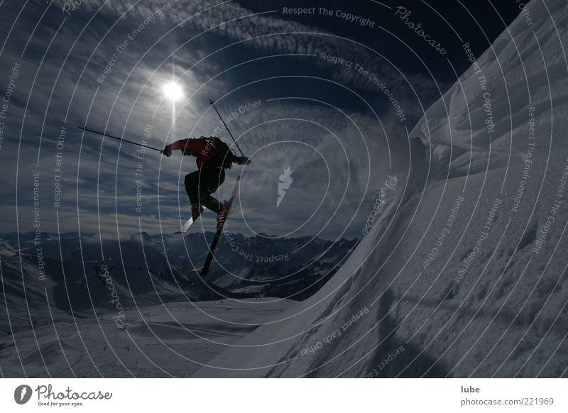 Winterfreude Sonne Ferien & Urlaub & Reisen Sport Schnee Berge u. Gebirge Landschaft springen Freizeit & Hobby hoch fliegen Tourismus gefährlich Skifahren Alpen