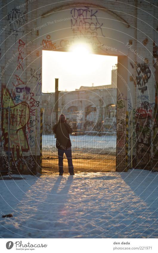 berliner Ruine Mensch alt Winter Architektur Graffiti Schnee Berlin Fassade einzeln einfach Beton Zeichen Jugendkultur Fabrik verfallen Verfall