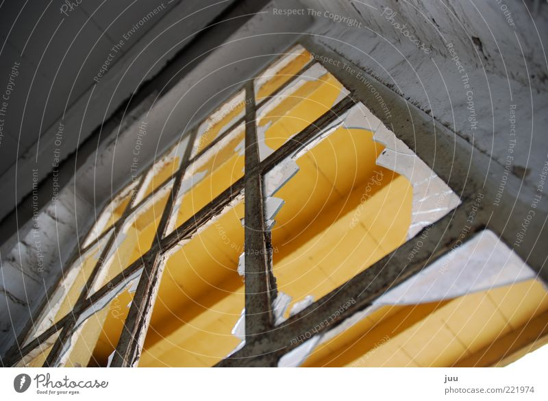 durchblick gelb Wand Fenster grau Mauer Gebäude gefährlich Ecke kaputt Wandel & Veränderung Fensterscheibe Zerstörung eckig Verletzungsgefahr