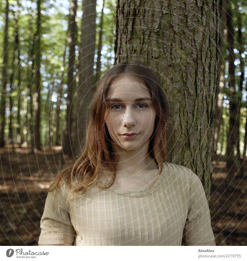 Portrait im Wald schön Leben Junge Frau Jugendliche Gesicht 18-30 Jahre Erwachsene Natur Schönes Wetter Baum Top brünett langhaarig beobachten Blick ästhetisch