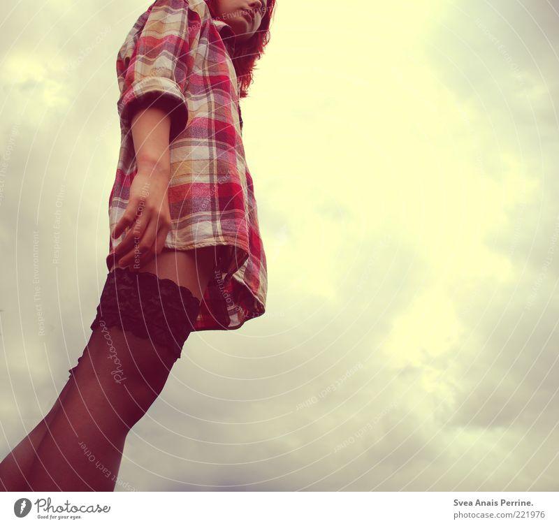 Weil das morgen noch so ist. Mensch Himmel Jugendliche schön Wolken feminin Stil träumen Mode Haut elegant hoch authentisch Lifestyle stehen Coolness