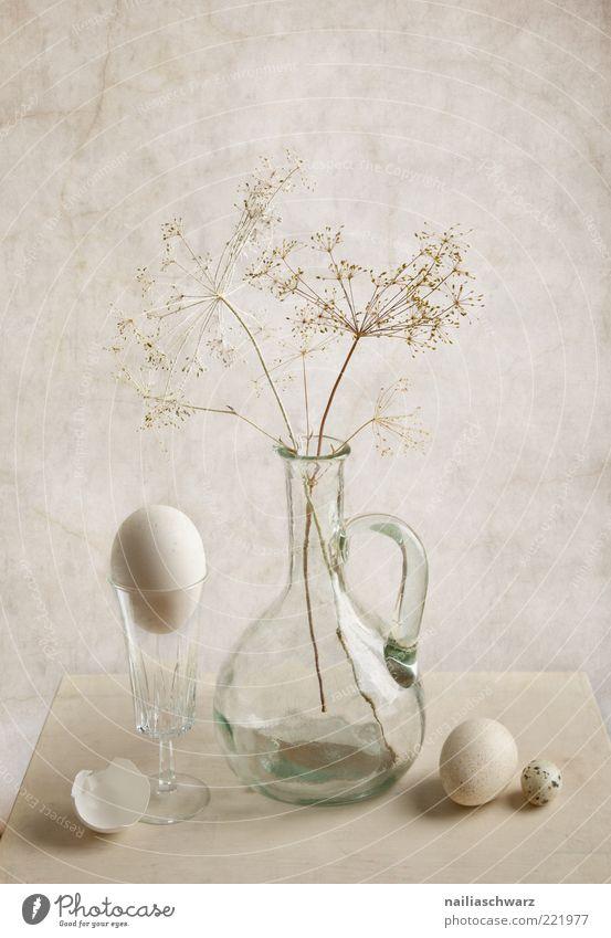 Stilleben Lebensmittel Ei Hühnerei Wachtelei Ernährung Glas Stillleben Vase ästhetisch grau weiß Farbfoto Gedeckte Farben Studioaufnahme Menschenleer