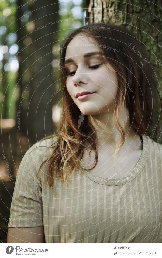 natürlich schön Zufriedenheit Sinnesorgane Junge Frau Jugendliche Gesicht 18-30 Jahre Erwachsene Natur Schönes Wetter Baum Wald Top brünett langhaarig träumen