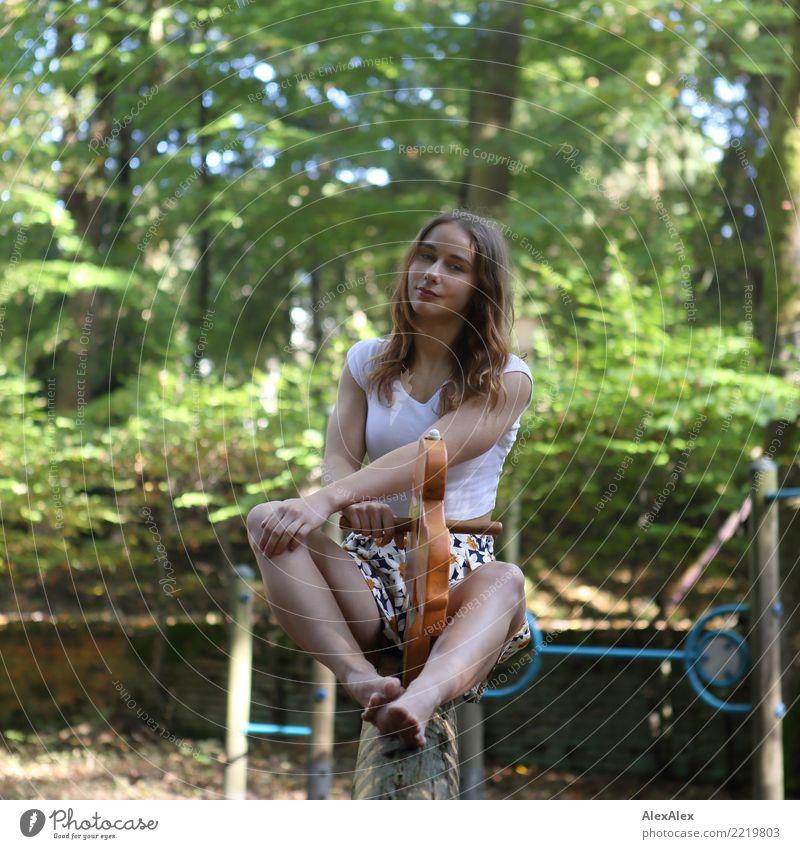 gewippt Jugendliche Junge Frau Sommer schön Landschaft Freude 18-30 Jahre Erwachsene Beine feminin Glück Spielen Ausflug sitzen Lächeln Schönes Wetter