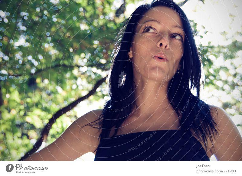 da pfeif ich drauf... Lifestyle schön Wohlgefühl Zufriedenheit Sommer feminin Frau Erwachsene Leben Gesicht Natur Baum schwarzhaarig langhaarig träumen