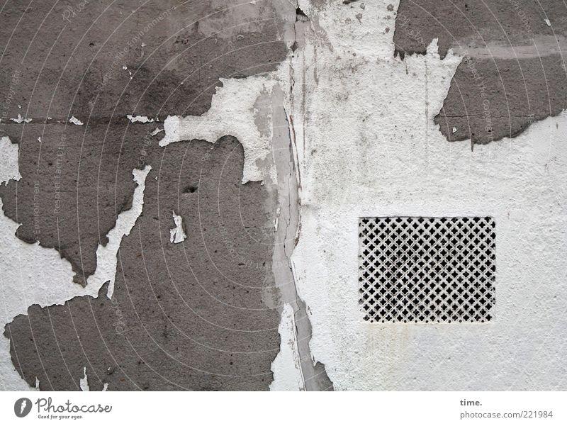 HH10.2 | Bad Air Conditions Gebäude Architektur Mauer Wand Fassade kaputt grau weiß Farbe Putz Farbstoff Lüftung Schimmelpilze Abdeckung Schwarzweißfoto