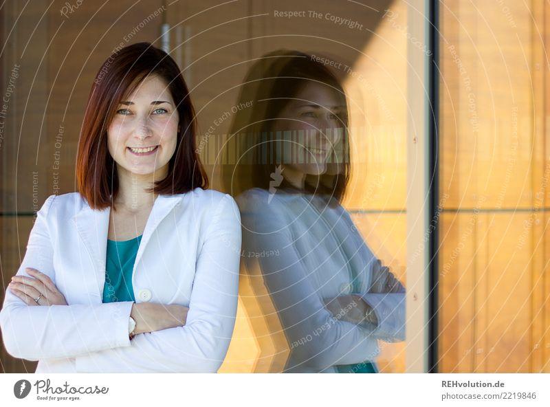 Karina | Businessportrait Mensch Jugendliche Junge Frau schön 18-30 Jahre Erwachsene Lifestyle feminin Stil Glück Haare & Frisuren elegant Glas stehen