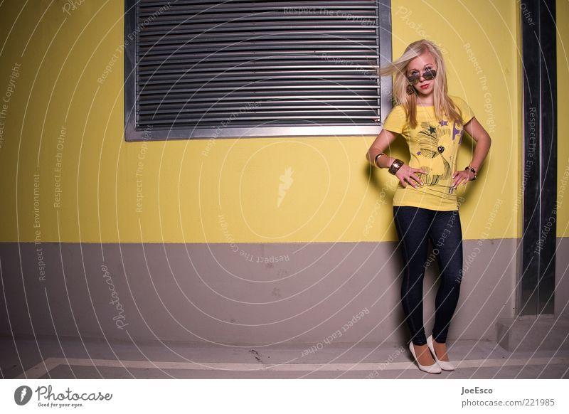#221985 Lifestyle feminin Junge Frau Jugendliche Erwachsene Leben Mode T-Shirt Accessoire Damenschuhe blond langhaarig stehen Coolness frisch einzigartig