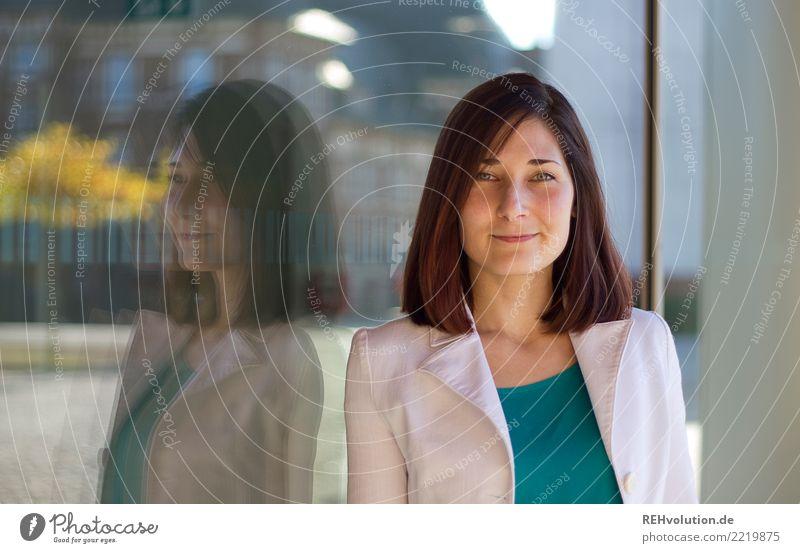 Karina Stil schön lernen Student Business Karriere Erfolg Mensch feminin Junge Frau Jugendliche Gesicht 1 18-30 Jahre Erwachsene Stadt Stadtzentrum Glas Lächeln