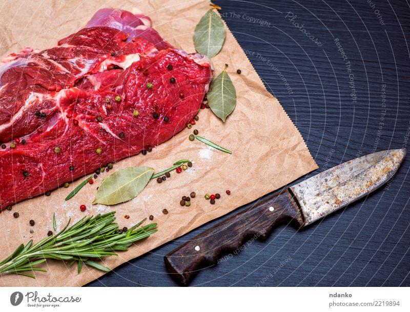 frisches Stück Rindfleisch Fleisch Kräuter & Gewürze Abendessen Messer Tisch Papier Holz Essen natürlich grün rot schwarz Blut hacken geschnitten Feinschmecker