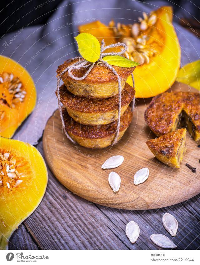 Cupcakes mit Kürbis Blatt Herbst Holz frisch Tisch Küche Gemüse Frühstück Tradition Dessert Brot Backwaren Mahlzeit Scheibe rustikal