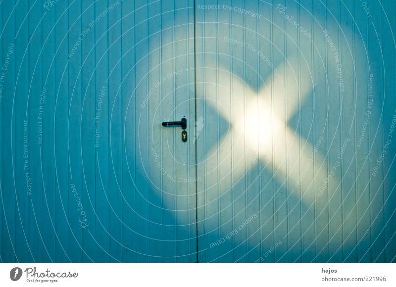 Lichtspuren blau Holz Linie hell Schilder & Markierungen Hoffnung Spuren geheimnisvoll Zeichen außergewöhnlich Kreuz Eingang Schatten mystisch Lichtspiel
