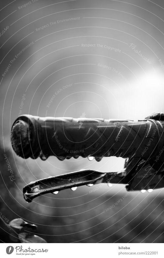 Verregneter Spätherbst Regen Fahrrad Wetter nass Wassertropfen Tropfen Griff Fahrradbremse Natur Fahrradlenker Handbremse Vor hellem Hintergrund