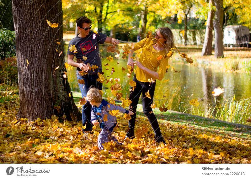 Laubschlacht Mensch maskulin feminin Kind Junge Familie & Verwandtschaft Paar 3 1-3 Jahre Kleinkind 18-30 Jahre Jugendliche Erwachsene Umwelt Natur Landschaft