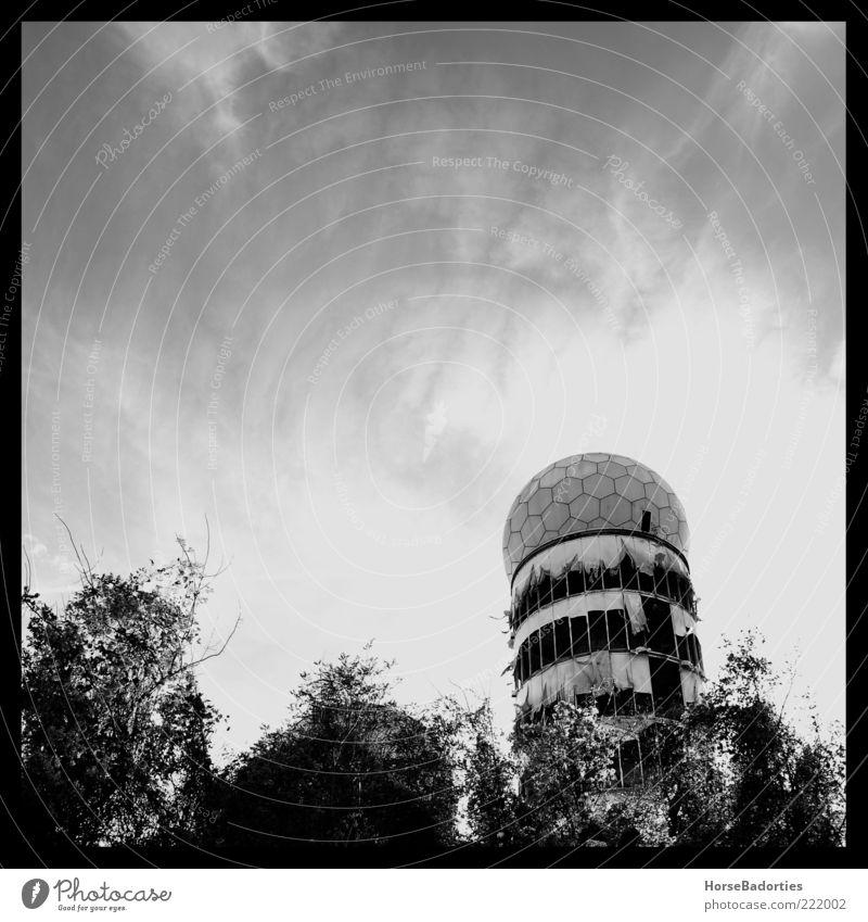 The Cold War Is Over Deutschland Stadtrand Menschenleer Ruine Bauwerk Architektur Radarstation Abhöranlage Kalter Krieg Schwarzweißfoto Außenaufnahme Tag