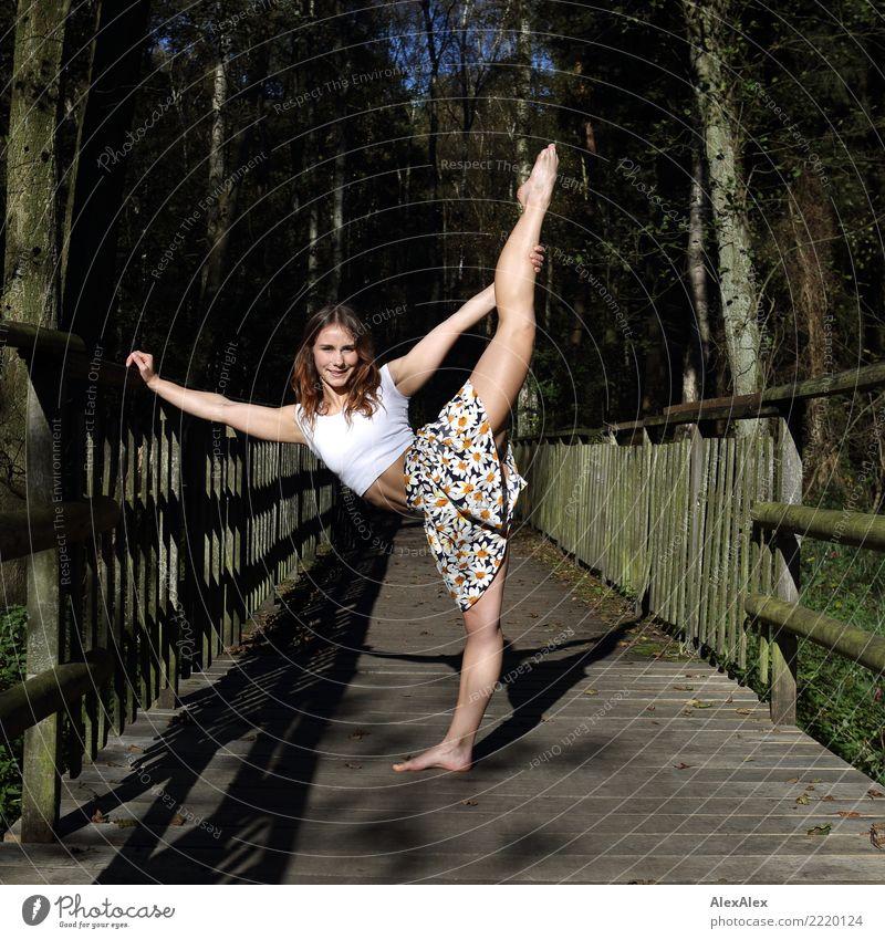 Beinfreiheit Jugendliche Junge Frau Sommer schön Landschaft Wald 18-30 Jahre Erwachsene Beine feminin ästhetisch Lächeln Schönes Wetter Fitness harmonisch