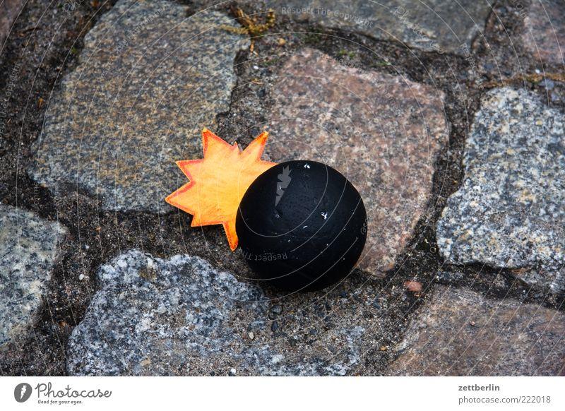 Bombenalarm Straße Sammlerstück Stein Angst gefährlich Aggression Gewalt Hass Bombenangriff Granate Explosion Explosionsgefahr Feuer bedrohlich Terrorismus
