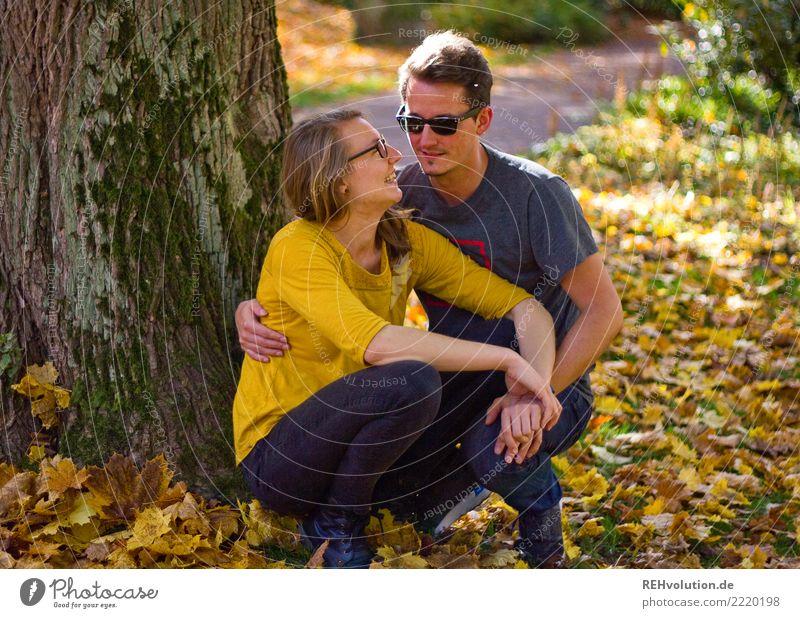 Pärchen im Herbst Lifestyle Freude Glück Freizeit & Hobby Mensch maskulin feminin Frau Erwachsene Mann Paar Partner 2 18-30 Jahre Jugendliche 30-45 Jahre Baum