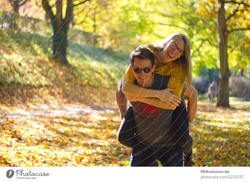 Herbstfreuden Freizeit & Hobby Mensch Frau Erwachsene Mann Paar Partner 2 18-30 Jahre Jugendliche 30-45 Jahre Umwelt Natur Schönes Wetter Baum Park Brille