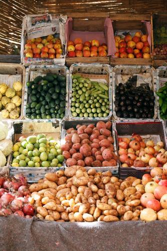 #A# Auswahl Lebensmittel ästhetisch Markt Marktplatz Angebot Apfel Kartoffeln Zwiebel Gurke Aubergine Granatapfel Marokko Marrakesch Farbfoto mehrfarbig