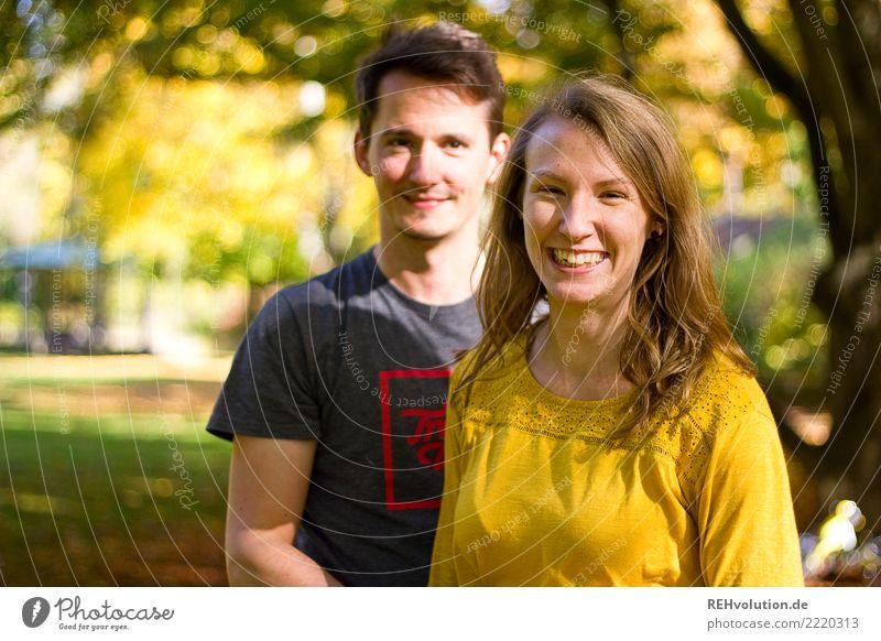 Pärchen im Herbst Mensch Natur Jugendliche Junge Frau Junger Mann Freude 18-30 Jahre Gesicht Erwachsene Lifestyle Umwelt Liebe Wiese feminin Glück Paar