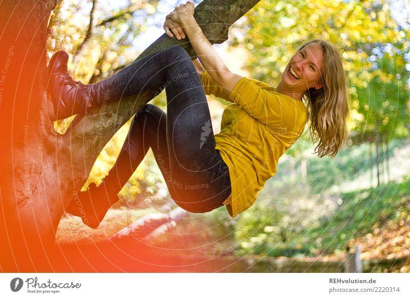 Der letzte schöne Herbsttag Frau Mensch Natur Jugendliche Junge Frau grün Baum Freude 18-30 Jahre Erwachsene Umwelt lustig feminin Bewegung Sport