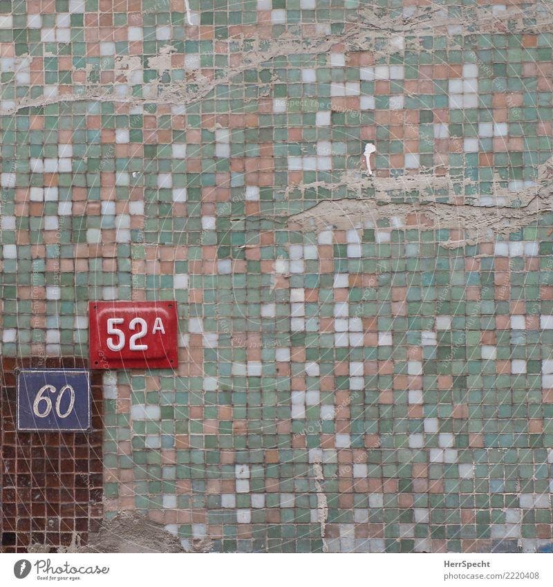 112A Haus Bauwerk Gebäude Mauer Wand Ziffern & Zahlen kaputt trashig trist Stadt mehrfarbig Fliesen u. Kacheln Fassade Hausnummer Schilder & Markierungen