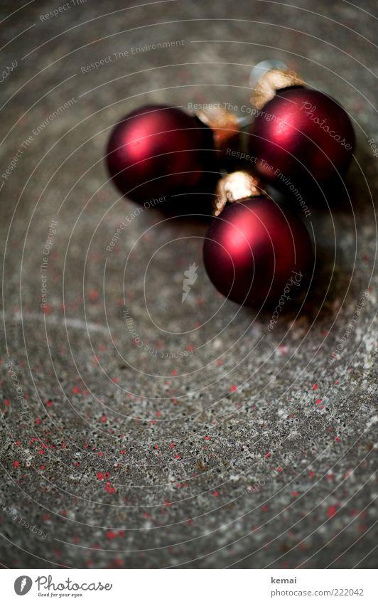 Rote kleine Kügelchen Feste & Feiern Christbaumkugel Kugel Dekoration & Verzierung Baumschmuck Stein liegen grau rot edel zerbrechlich Farbfoto Gedeckte Farben