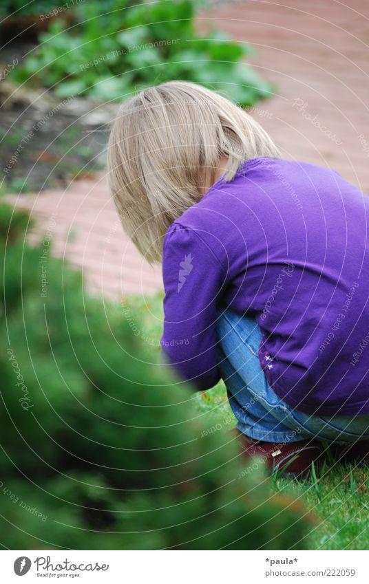 Alleine spielen... Spielen Kleinkind Mädchen Kindheit Rücken 1 Mensch 1-3 Jahre Gras Sträucher Garten Bekleidung blond beobachten entdecken hocken Traurigkeit