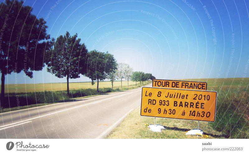 Tour de France Natur Sommer Straße Feld Zeit Schilder & Markierungen Information Hinweisschild Originalität Sport Radrennen Wolkenloser Himmel Großbuchstabe