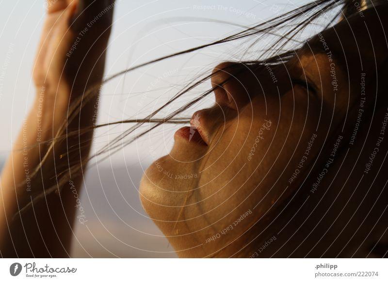 verweht. Mensch Jugendliche Gesicht Erholung Freiheit Haut Wind genießen atmen geschlossene Augen Schönes Wetter Haarsträhne Junge Frau Natur Frau Frauengesicht