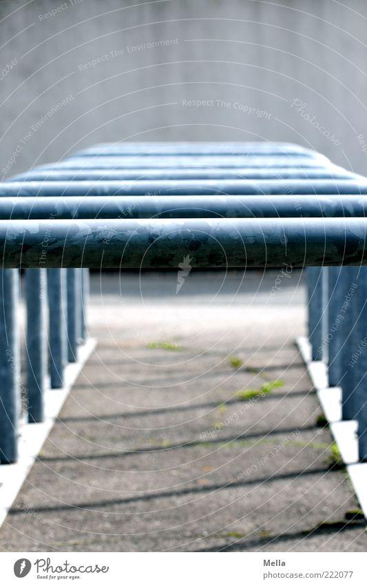 Möglichkeiten Menschenleer Platz Fahrradständer Ständer Gestell Metall Strebe trist blau grau Reihe aufgereiht hintereinander Farbfoto Außenaufnahme Tag