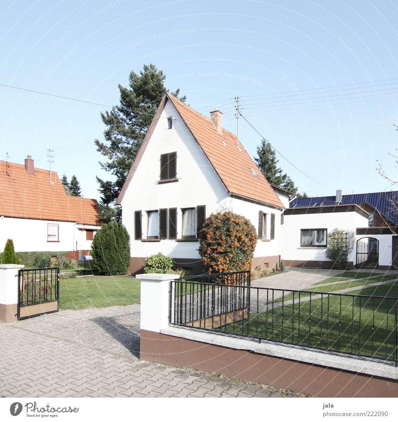 wir geben ihrer zukunft ein zuhause Himmel Wolkenloser Himmel Pflanze Blume Sträucher Garten Wiese Haus Einfamilienhaus Bauwerk Gebäude Architektur Sauberkeit