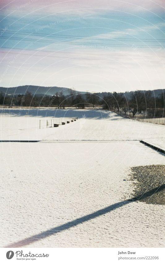 frisch gepudert Freiheit Landschaft Winter Eis Frost Schnee Sträucher Ferne Idylle Natur ruhig Neuschnee Schatten Sportplatz Unendlichkeit Asphalt Himmel