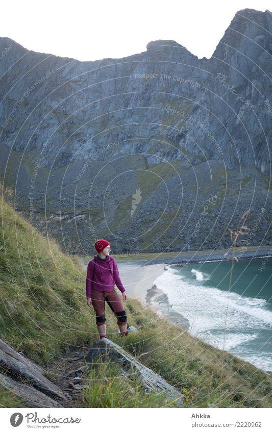 Junge Frau auf einem Steilküstenpfad vor Strand und Felswand Natur Ferien & Urlaub & Reisen Jugendliche Meer Erholung ruhig Berge u. Gebirge Leben Wege & Pfade