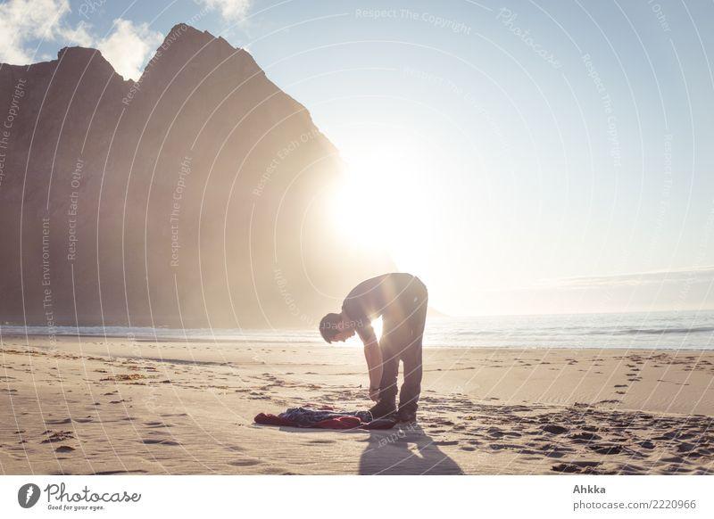 Junger Mann, Strand, Gegenlicht, Sonne, Nordmeer, Berge, Lofoten Natur Ferien & Urlaub & Reisen Jugendliche Meer Erholung außergewöhnlich Freiheit