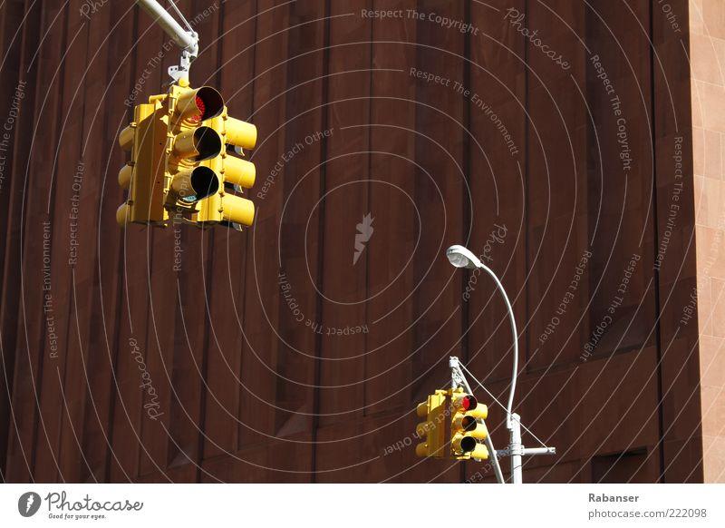 New Yorks Ampeln alt Stadt rot kalt Wand Mauer hoch groß außergewöhnlich leuchten Technik & Technologie USA Straßenbeleuchtung Amerika hängen